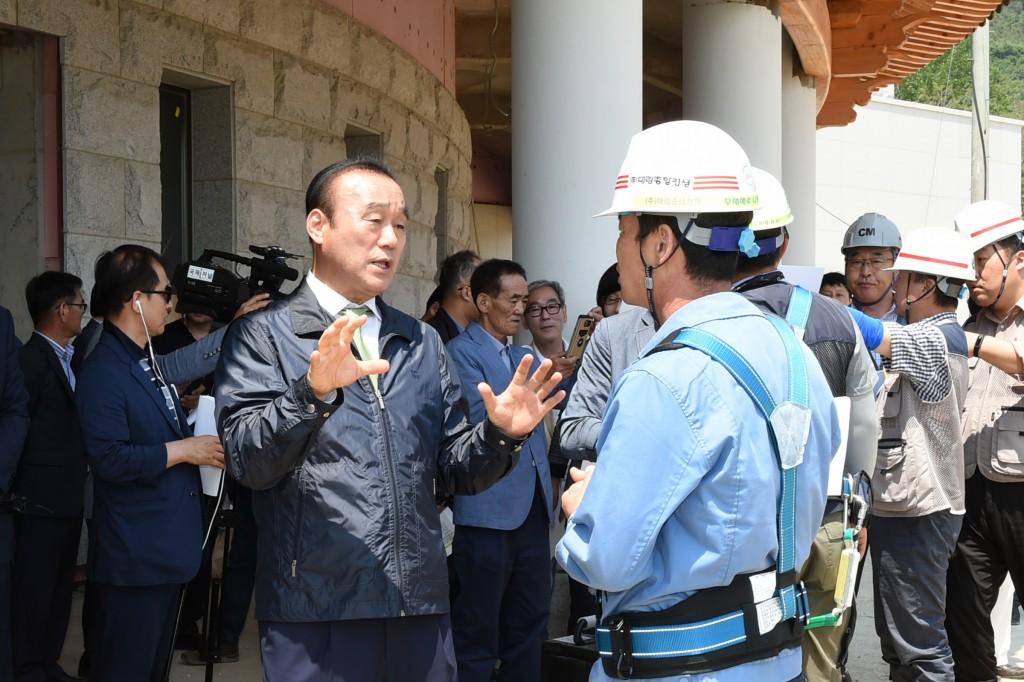 최양식 경주시장이 지난해 역점사업 언론브리핑 현장에서 화랑마을 공사관계자와 대화를 나누고 있다.