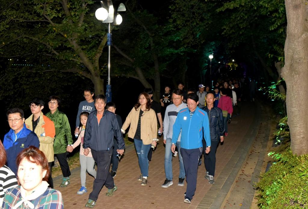 한가위 호반달빛걷기를 참가자들이 하고있다