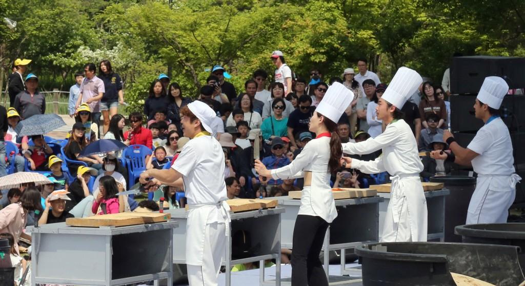 넌버벌 공연 난타를 즐기고 있는 관람객